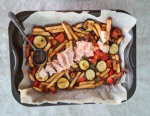Traybake met zalm en patat (of vega)